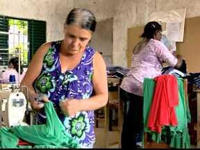Mulheres em Miraí, MG, trabalham na confecção de roupas durante entressafra do café - Projeto representa um aumento na renda das famílias envolvidas no grupo.