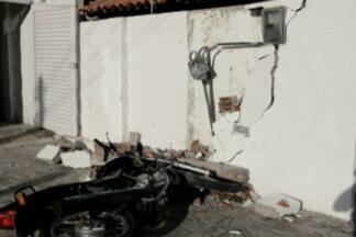 Um motociclista bate em muro no bairro do Expedicionários, em João Pessoa - O motociclista apresentava sintomas de embriagez e teve ferimentos leves.