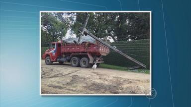 Caminhão derruba poste em rua de Camaragibe, PE - Acidente deixou 37 casas de Aldeia sem energia elétrica.