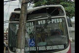 Ônibus bate em poste de iluminação pública, no bairro do Umarizal, em Belém - Por causa do acidente, quatro quarteirões ficaram sem energia elétrica na tarde deste sábado (11).