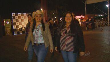 Rodeio de Jaguariúna, SP, movimenta o fim de semana - Mulheres roubam a cena com cintos, chapéus e botas.