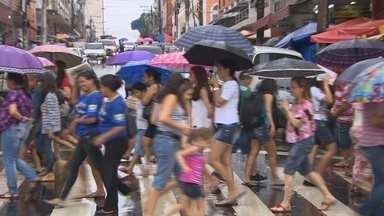 Véspera do Dia das Mães movimenta Centro de Manaus - Nem a chuva intimidou os consumidores