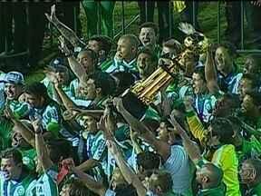 Coritiba e Santa Cruz são campeões paranaense e pernambucano de 2013 - Com dois gols do veterano Alex, o Coritiba venceu o Atlético Paranaense de virada por 3 a 1 e conquistou o tetracampeonato. É o 37º título do clube, recordista de conquistas no estado. Em Pernambuco, deu Santa Cruz, que venceu o Sport por 2 a 0.