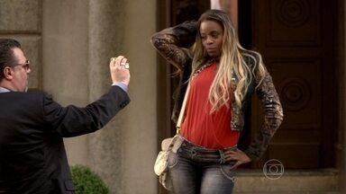 Russo confisca o celular de Vanúbia - Ela é levada para o apartamento das traficadas
