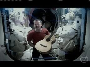 Astronauta canadense faz clipe com música de David Bowie - O carismático Chris Hadfield virou uma estrela nas redes sociais durante os cinco meses a bordo da Estação Espacial Internacional. Chris gravou uma versão sem gravidade do hit Space Oddity, de David Bowie.