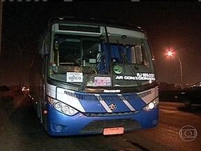 Homem morre atropelado por ônibus na Avenida Brasil - A vítima foi identificada como Felipe Rodrigues, de 22 anos. Segundo a polícia, ele atravessou a avenida a menos de 15 metros de uma passarela de pedestres. O motorista disse que não teve como evitar o acidente.