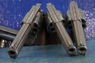 Aumenta o número de apreensões de armas em Caxias - Um balanço realizado pelas polícias Civil e Militar, da cidade de Caxias, registra um aumento no número de armas de fogo apreendidas. O resultado demonstra também o aumento da fiscalização nas ruas da cidade.