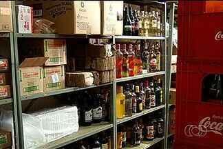 Mesmo proibida, continua a venda de bebida alcoólica em rodovias de Goiás - O comércio de bebida alcoólica continua sendo praticado às margens das rodovias federais no sudoeste do estado. Um flagrante de desrespeito à lei.