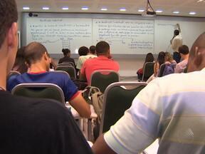 Antecipação das provas do Enem preocupa estudantes baianos - Os alunos da rede pública se sentem mais prejudicados, por causa da greve que atrasou o início do ano letivo.