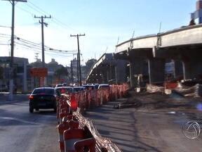 Comerciantes de Cuiabá procuram evitar prejuízo com as obras da copa - Por causa das obras de mobilidade para a Copa do Mundo, Cuiabá está com vários pontos de interdição em ruas e avenidas. Em muitos locais o comércio está sendo afetado.