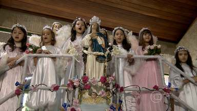 Neste mês, centenas de crianças participam da Coroação de Nossa Senhora - A tradição foi herdada dos colonizadores portugueses, que prestam homenagens à mãe de Jesus.