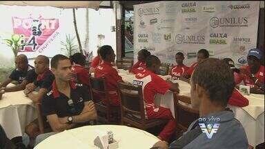 Atletas dos 10 KM Tribuna FM participam de almoço em Santos - Corredores do Brasil e do exterior vão participar da prova que acontece neste domingo (19).