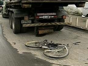 Mais um ciclista é atropelado e morto no Rio de Janeiro - Segundo testemunhas, o motorista do caminhão da Comlurb e o ciclista cruzaram ao mesmo tempo a Avenida Edgar Werneck. PMs de uma cabine tentaram socorrer o ciclista, mas ele morreu na hora. O motorista vai ser indiciado por homicídio culposo.