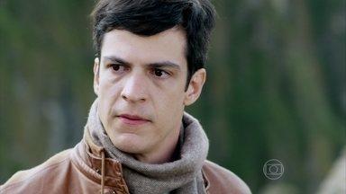 Félix se incomoda com o bom relacionamento entre César e Paloma - Pilar decide procurar a filha depois de ser repreendida pelo marido. Félix garante a Edith que Paloma é adotada