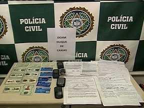 Policiais prendem dupla acusada de estelionato - Policiais da Delegacia de Atendimento à Mulher, em Duque de Caxias, prenderam em flagrante, no final da tarde de quarta-feira (23), uma dupla acusada de cometer crimes de estelionato em agências bancárias.