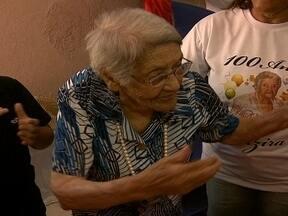 Idosa completa 100 anos com festa em família no Gama - Chegar aos 100 anos, com saúde e disposição não é para qualquer um. No DF, cerca de 186 pessoas são centenárias. A Dona Alzira, moradora do Gama, acaba de entrar para a lista.
