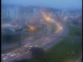 Via Expressa tem trânsito intenso no amanhecer desta quinta-feira - Via Expressa tem trânsito intenso no amanhecer desta quinta-feira.