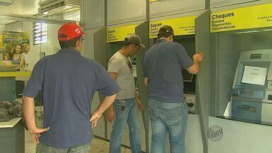Bando explode cinco caixas em duas agências bancárias de Rincão, SP - Bando explode cinco caixas em duas agências bancárias de Rincão, SP.