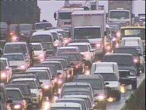 Chuva e obras dificultam o trânsito na Linha Verde - Hoje cedo longas filas se formaram.