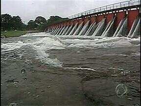 Choveu forte em Londrina na madrugada e hoje de manhã - Com a chuvarada, a vazão no Lago Igapó aumentou bastante. Para amanhã, a previsão é de mais chuva no Norte do Paraná