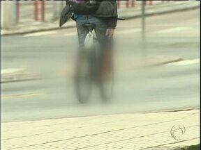 Bandido em bicicleta assusta moradores do Batel - Ele rouba objetos de pedestres que caminham pela rua