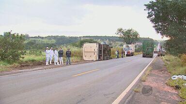 Batida entre carro e caminhão mata motorista em rodovia de Brotas, SP - Batida entre carro e caminhão mata motorista em rodovia de Brotas, SP.