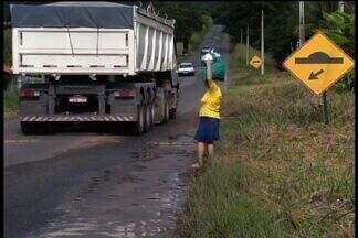 Estrada em más condições preocupa motoristas no Crato - Estrada da Guaribas está esburacada e sem sinalização.