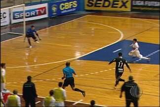 Corinthians vence São Paulo/Suzano na Liga Futsal - O técnico Fernando Cabral ficou irritado com as diversas chances perdidas pelo time durante a partida