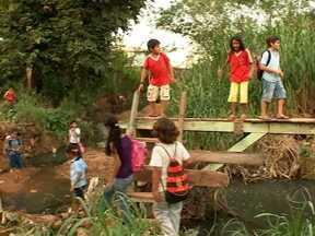 Ponte que liga os bairros em Cuiabá continua perigosa para a travessia - A ponte que liga os bairros Despraiado e Alto Boa Vista em Cuiabá continua perigosa para a travessia. Moradores e estudantes se arriscam e precisam até passar em meio ao mato e à água suja para chegar do outro lado.