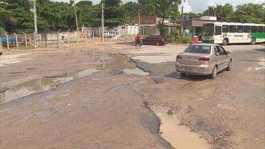 Buracos atrapalham passagem de veículos em Ouro Preto - De acordo com a Prefeitura de Olinda, Compesa estaria implantando rede de esgoto e o asfalto foi quebrado para o serviço.