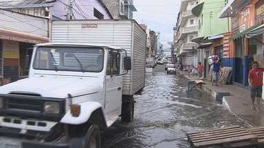 Subida das águas do Rio Negro interdita rua no Centro de Manaus - Manaustrans interditou acesso à Rua dos Barés nesta segunda-feira. Cota atual do Rio Negro está em 29,16 metros.