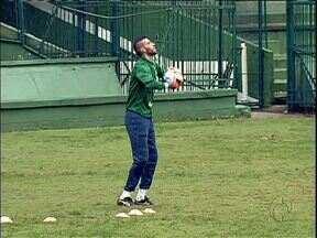 Só os goleiros treinaram na chuva - O Coritiba se prepara para enfrentar o Bahia pelo campeonato brasileiro.