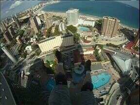 Conheça o base jump - É parecido com o paraquedismo, mas salta-se de uma plataforma fixa.