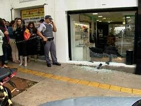 Tentativa de assalto acabou em tiroteio na Oscar Freire - Dois bandidos invadiram um salão de cabeleireiro. Um policial e um assaltante ficaram feridos. O outro ladrão fugiu.