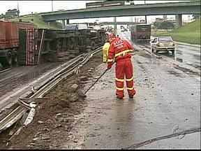 Caminhão carregado de açúcar tomba na BR-376 - Um carro também se envolveu no acidente