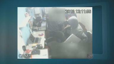 Câmeras flagram ação de assaltantes em loja de informática em Campinas - O circuito de câmeras de segurança flagrou, nesta terça-feira (28), a ação de uma dupla de assaltantes em uma distribuidora de artigos de informática no bairro Ponte Preta, em Campinas (SP).