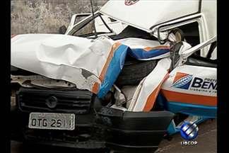 Uma pessoa morreu e duas ficaram feridas em acidente envolvendo ambulância - Veículo bateu de frente e chegou a derrubar um poste de energia elétrica, em Ananindeua.