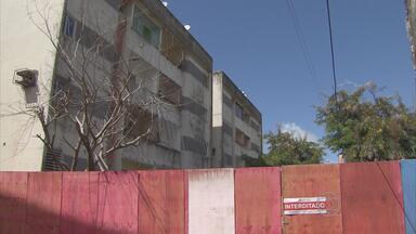 Moradores de prédio interditado no Recife não conseguem tirar pertences dos apartamentos - Defesa Civil avalia situação e vai demolir bloco de residencial situado no bairro do Arruda.