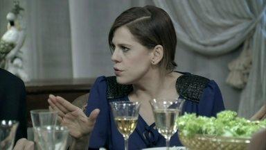 Edith se irrita com Félix - Ele percebe que Maciel está machucado e aconselha o motorista a esconder os ferimentos do restante da família. Félix insinua que Leila e Tamara são invejosas e Edith defende a mãe
