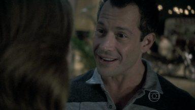 Bruno volta a propor namoro sério a Paloma - Glauce observa o carinho de Paulinha com a pediatra. Bruno beija Paloma