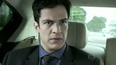 Félix planeja se livrar de Atílio com a ajuda de Maciel - O vilão pede para Pilar convidar Atílio e Vega para o jantar na mansão. Jonathan reclama da falta de atenção do pai