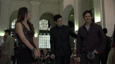 Félix decide ajudar Leila em troca da amizade dela - Eles apresentam Thales para a família e Nicole se interessa pelo escritor