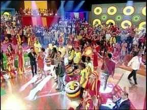 Zezé Di Camargo e Luciano se juntam ao Olodum para cantar 'É o amor' - Em uma versão animadíssima, os cantores comemoram 22 anos da música que virou um clássico