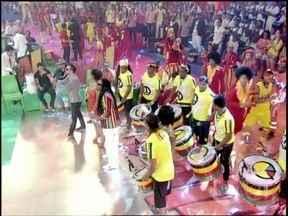 Muito batuque! Olodum arrasa cantando sucesso 'Protesto Olodum' - Plateia faz coreografia ao som do grupo e Regina Casé convida três homens para dançar no palco do Esquenta! a música 'Requebra'