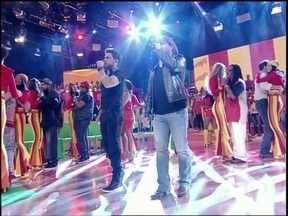 'A ferro e fogo não dá'! Dupla embala o programa com mais um sucesso - Zezé Di Carmago e Luciano faz todo mundo cantar!