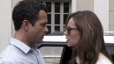 Bruno marca um encontro com Paloma - Ele percebe o nervosismo da namorada, que pede para Gilda cancelar suas consultas