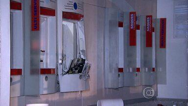 Criminosos explodem caixa eletrônico no Barreiro na madrugada desta quinta-feira - Um frentista que trabalha ao lado da agência onde o arrombamento desapareu depois do crime.