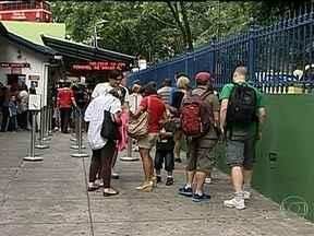 Turistas reclamam da falta de informações no Cristo Redentor - Muitos turistas ainda não sabem como e onde comprar os ingressos para o Corcovado. Eles reclamam da falta de informação no local.
