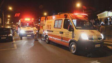 Motociclista fica em estado grave ao bater em três carros em São Carlos, SP - Motociclista fica em estado grave ao bater em três carros em São Carlos, SP.