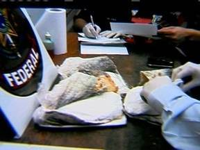 Holandesa é presa tentando embarcar com bacalhau recheado de cocaína - A droga estava dentro de sacolas plásticas, no meio das postas de peixe. A mulher, que seguia para Lisboa e de lá para a Holanda, levava tudo na bagagem de mão. Ela pode ficar até 15 anos presa no Brasil.